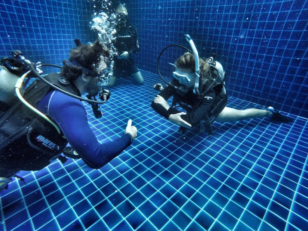 idckohtao.com-koh-tao-scuba-diving-divemaster-pool-training-fin-pivot